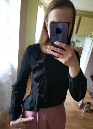 Блуза с рюшами черная