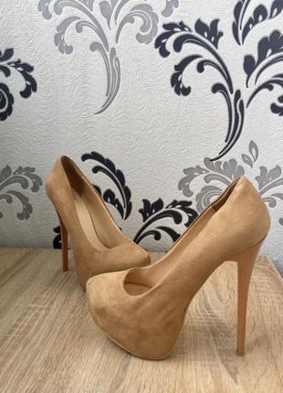Туфли на высоком каблуке ботфорты