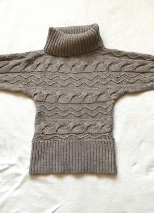 Коричневый серый свитер с высокой горловиной с косами