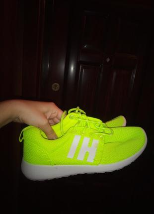 Флюоресцентные кроссовки в зал
