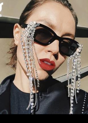 Эффектные солнцезащитные очки с аксессуаром из камней
