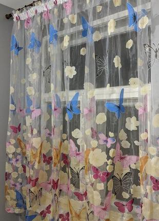 Красочный тюль с бабочками.