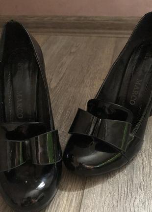 Лакированные туфли на широком каблуке