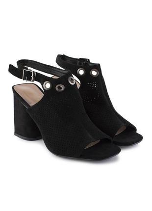 Чёрные замшевые босоножки на толстом каблуке
