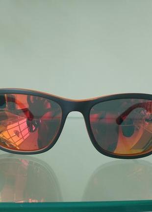 Мужские солнцезащитные очки с зеркальной линзой.