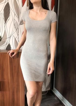 Платье серое в рубчик короткое с вырезом на спине bershka