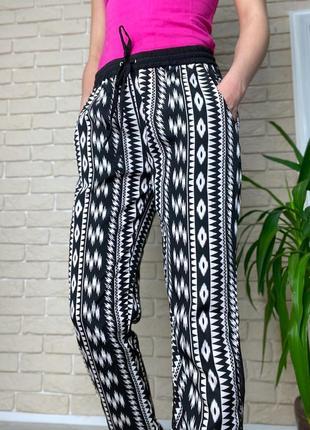 Черно-белые легкие штаны в ромб, пояс резинка