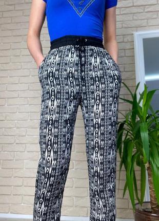 Черно-белые легкие штаны на резинке ромб