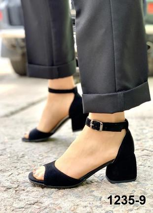 Женские замшевые черные босоножки на каблуке 5 см