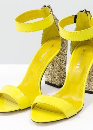 Кожаные ярко-желтые босоножки на каблуке с блестками
