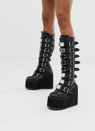 Черные сапоги длиной до колен на плоской платформе и с пряжками demonia - swing