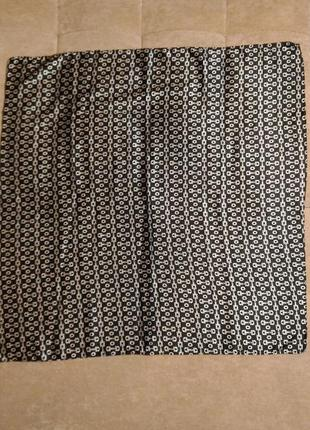 Шейный платок с очень красивым чёрно-белым орнаментом