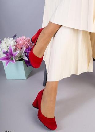 Красные замшевые туфли на низком каблуке,красные туфли из натуральной замши