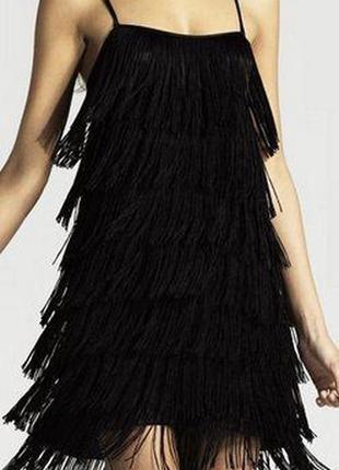 Платье на тонких бретелях с бахромой
