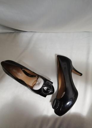 Чорние лаковие туфли на каблуке.