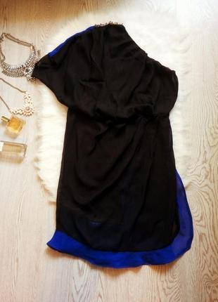 Черное нарядное платье на одно плечо синими воланами по низу вечернее с камнями