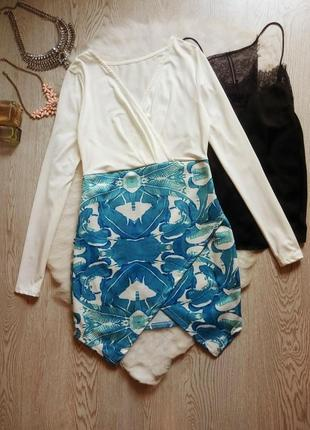 Нарядное белое цветное голубое платье на запах вырез декольте длинный рукав принт рисунок