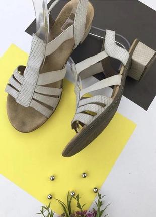 Кожаные босоножки на устойчивом каблуке с резинками rieker
