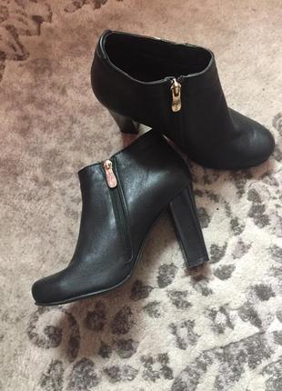 Ботинки женские на каблуку