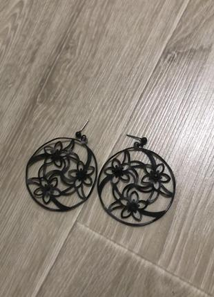 Новые классные круглые сережки кольца чёрные с цветами стильные mango