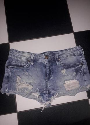 Короткие джинсовые рваные шорты bershka