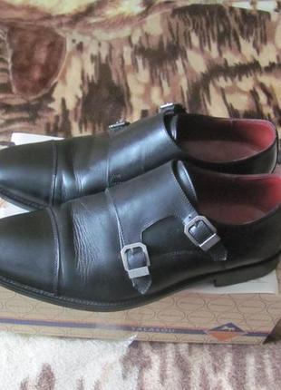 Классические кожаные туфли монки с пряжками.