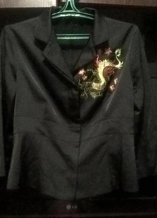 Чорна атласна блуза з вишивкою дракона на 36 uer (хs-s)