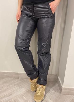 Спортивные штаны приталенные высокой посадки из плащёвки