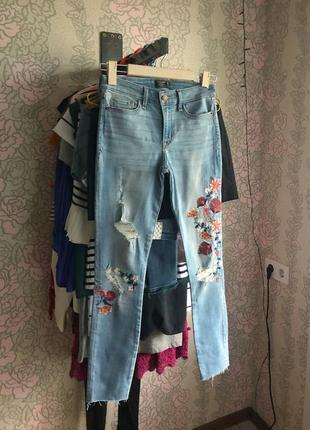 Джинсы skinny с вышивкой от высококлассного бренда abercrombie & fitch