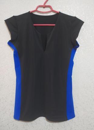 Эффектная спортивная футболка с вырезом на груди