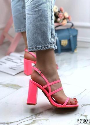 Яркие босоножки с квадратным каблуком и носком , стильные женские босоножки