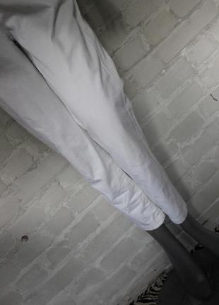 Белые укороченые джинсы