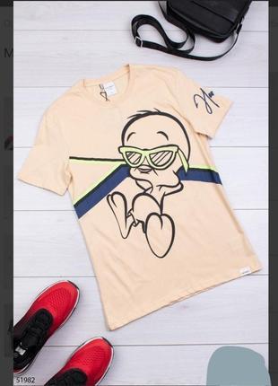 Стильная бежевая мужская футболка с рисунком принтом