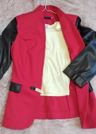 Красный пиджак с кожаными рукавами