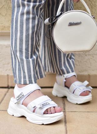 Спортивные сандали на платформе , танкетке , белые на липучках