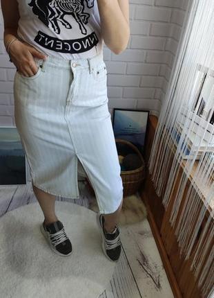 Трендовая джинсовая миди юбка впереди с разрезом от amisu