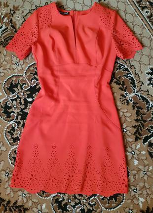 Платье очень хорошо подчеркивает талию.