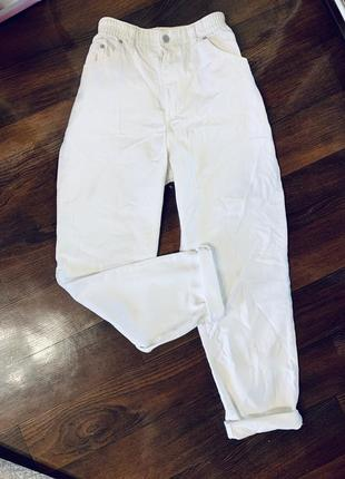 Белые джинсы мом бананы слоучи