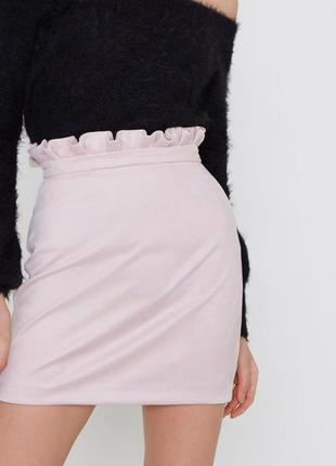 Нежно-розовая юбка с воланом под замшу с завышенной талией