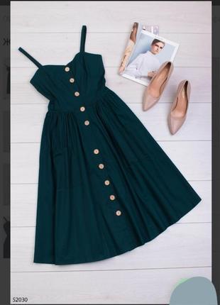 Стильное зеленое изумительное платье миди по колено сарафан на пуговицах бретелях