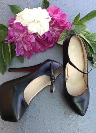 Туфли чёрные с красной подошвой