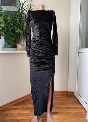 Вечернее бархатное платье с разрезом в леопардовое теснение