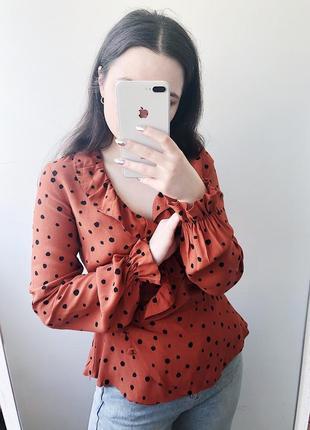Блуза в горох с рюшами легкая на запах объемная