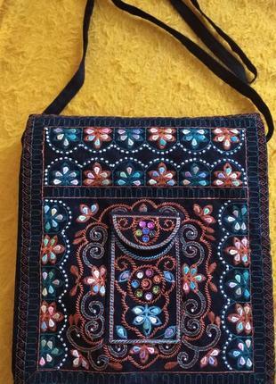 Оригинальная, черная бархатная сумка--почтальонка.