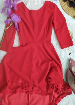 Яркое красное платье с асимметричным подолом и перфорацией