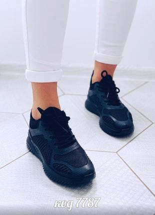 Черные кроссовки внутри из обувного текстиля ,верх прорезинен на шнуровках