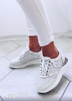 Кожаные легкие кеды с перфорацией на шнуровке