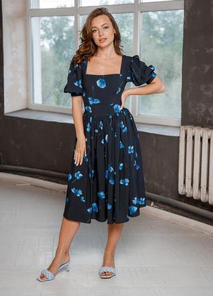 Нежное синее платье с крупными цветами