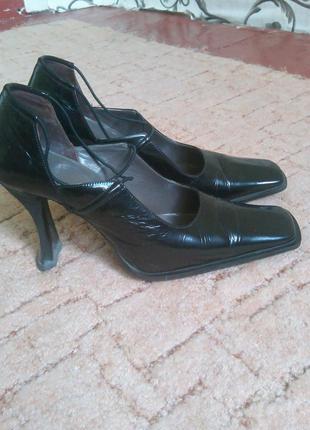 Продам кожаные лаковые туфли