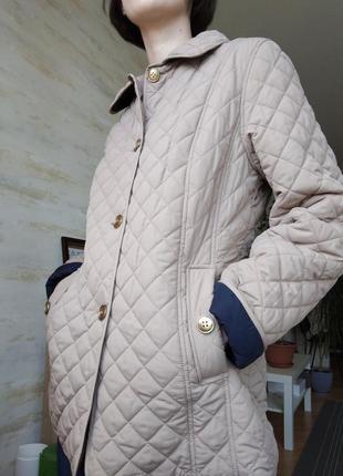 Трендовая стеганая короткая бежевая куртка